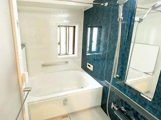 バスルームリフォーム 1面だけ色柄を変えアクセントとしたバスルーム&トイレ